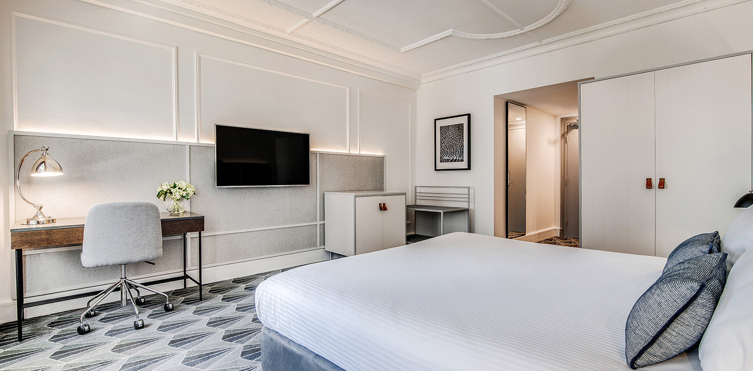 the-savoy-hotel-on-little-collins-melbourne-guest-room-bedroom-king-08-2018 | The Savoy Hotel on Little Collins